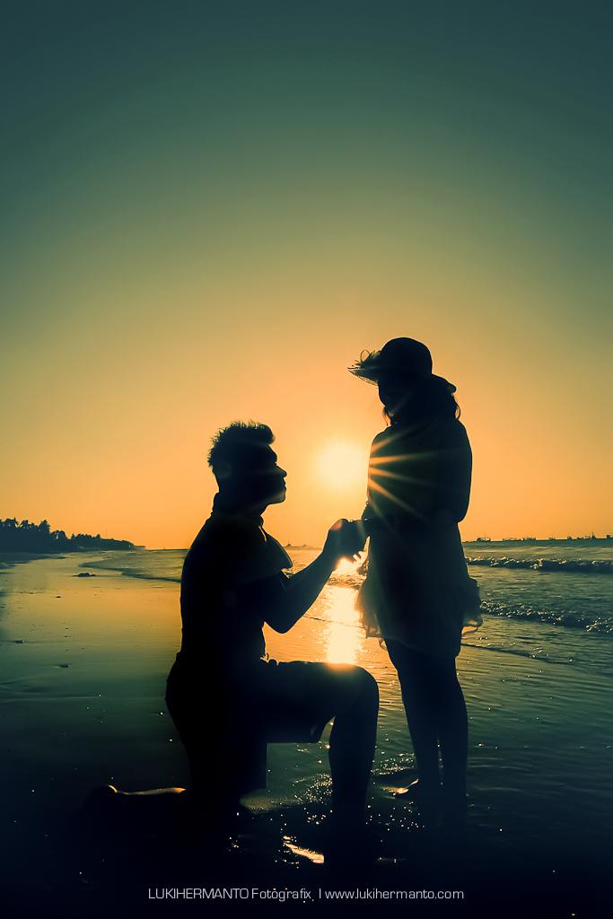 foto prewed siluet di pantai romantis