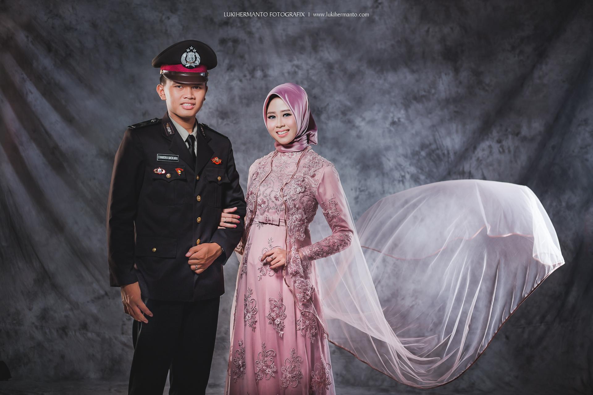 foto prewedding muslim berhijab dengan seragam polisi indoor